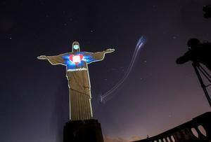 El Cristo Redentor de Río de Janeiro luce una máscara proyectada en su rostro para concienciar a la población de la importancia de su uso durante la pandemia de coronavirus este domingo, en Río de Janeiro, Brasil.