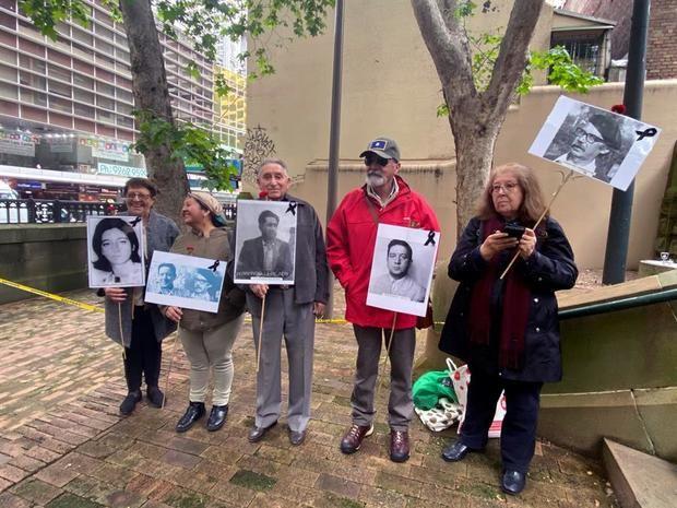 Activistas chilenos tras la vista sobre la extradición a Chile de Adriana Rivas, en Sidney.