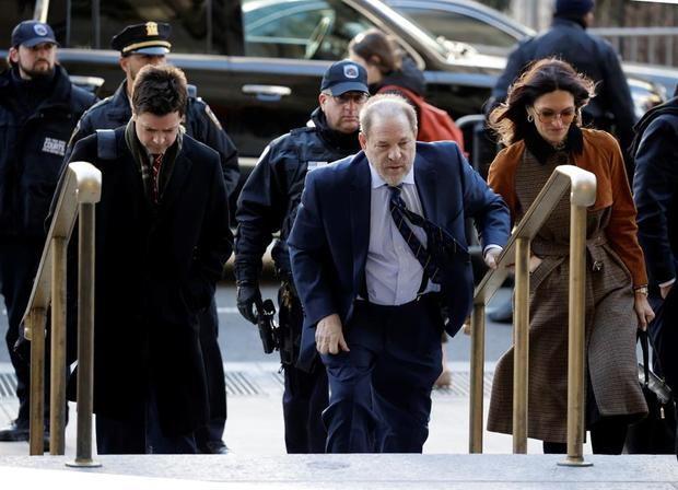 El ex productor de Hollywood Harvey Weinstein (C) llega para su juicio por agresión sexual en la Corte Suprema del Estado de Nueva York en Nueva York, Nueva York, EE. UU., 14 de febrero de 2020.