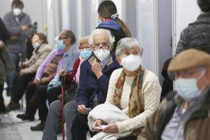 Adultos de la tercera edad llegan por una dosis de refuerzo AztraZeneca, en un centro de vacunación contra la covid-19 en Santiago, Chile.