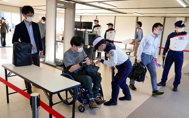 Los organizadores de los Juegos Olímpicos y Paralímpicos de Tokio 2020 han puesto a prueba las medidas de seguridad que barajan, en las que a los controles rutinarios se sumarán medidas anti-covid como el uso de pegatinas termosensibles.