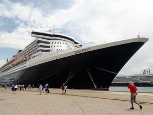 Atracado en el muelle Reina Sofía de Cádiz, el Queen Mary 2.