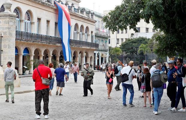 Aunque en 2019 el listón estaba fijado en la recepción de 5,1 millones de visitantes extranjeros, esa previsión del Gobierno cubano fue revisada a la baja, primero a 4,7 y finalmente a 4,3 millones.