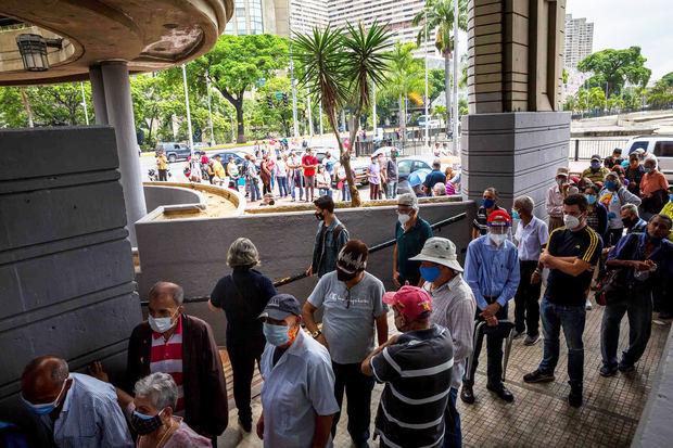 Decenas de personas esperan afuera de un centro de vacunación contra la covid-19, el 2 de junio de 2021 en Caracas, Venezuela.