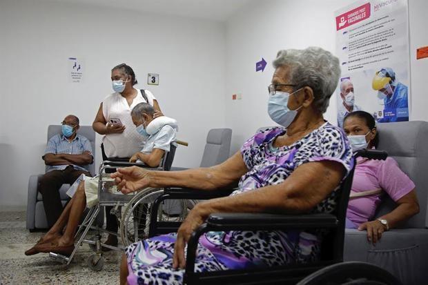 Adultos mayores esperan a recibir la vacuna contra la Covid-19, en el Hospital Universitario del Caribe, en Cartagena, Colombia.