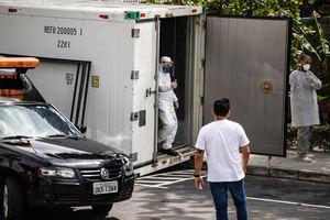 Trabajadores de una funeraria y de Salud esperan la llegada de víctimas de la Covid-19 hoy en Manaus, Amazonas, Brasil.