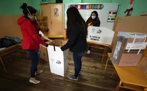 Abren los colegios electorales en Ecuador en la jornada de comicios generales