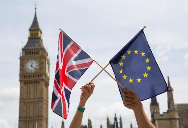 La UE y el R. Unido logran un acuerdo pos-Brexit al borde del precipicio