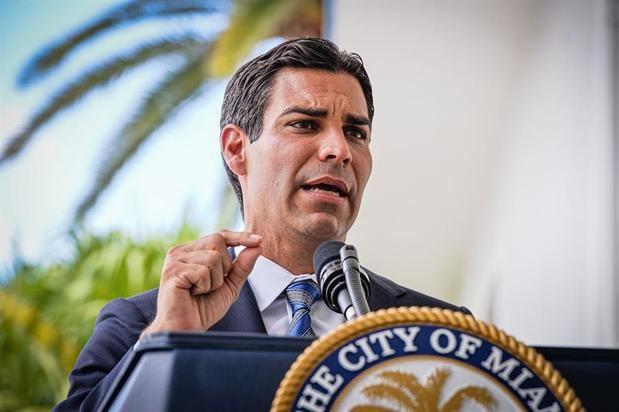 El alcalde de Miami, Francis Suárez, habla durante una rueda de prensa ofrecida este lunes en la sede de la Alcaldía en Miami, Florida.