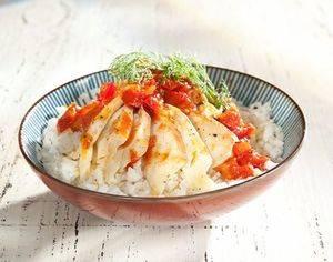 Plato de bacalao con tomates.