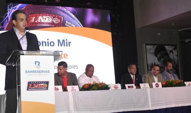 Antonio Mir, presidente de la Liga Nacional de Baloncesto (LNB), ofrece los detalles en rueda de prensa del próximo torneo de la LNB. En la mesa Rienzi Pared Pérez,  subadministrador general de Empresas Subsidiarias Banreservas (al centro), acompañado por representantes de los equipos que se disputarán la Copa Banreservas 2019.
