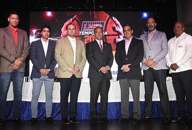 Antonio Mir, presidente de la Liga Nacional de Baloncesto (LNB), y Rienzi Pared Pérez,  subadministrador general de Empresas Subsidiarias Banreservas (al centro), acompañados por los representantes de los equipos que se disputarán la Copa Banreservas 2019.