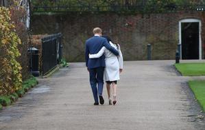 El príncipe británico Harry y Meghan Markle se van después de una sesión de fotos después de anunciar su compromiso en el Jardín Hundido en el Palacio de Kensington en Londres, Gran Bretaña, el 27 de noviembre de 2017.