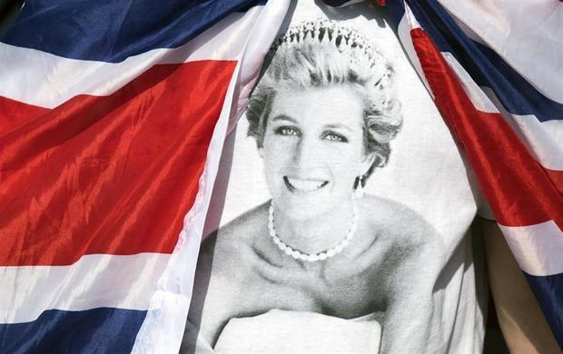 Tributos en memoria de la princesa Diana de Gales a las puertas del Palacio de Kensington en Londres (Reino Unido) en 2017, cuando se cumplieron 20 años desde la muerte de la princesa.