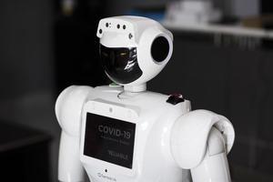 Un robot dispensador de detección de fiebre y desinfectante de manos, en la compañía Reliable Robotics en Dubai, Emiratos Árabes Unidos, el 28 de mayo de 2020.