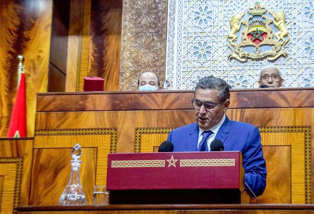 El presidente del nuevo Gobierno marroquí, Aziz Ajanuch (delante), indicó que entre sus principales objetivos están la creación de un millón de puestos de trabajo en los próximos cinco años y la generalización de la cobertura social para superar la crisis del coronavirus, este lunes en el Parlamento marroquí, en Rabat.