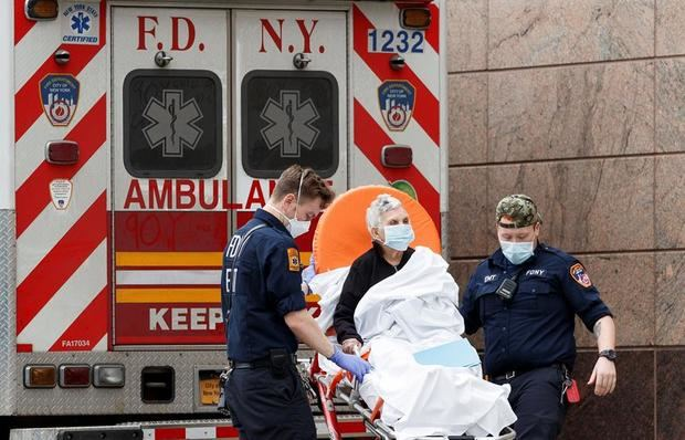 Los paramédicos transportan a un paciente a la sala de emergencias del Centro Hospitalario Bronx-Lebanon en el Bronx, Nueva York, EE. UU.