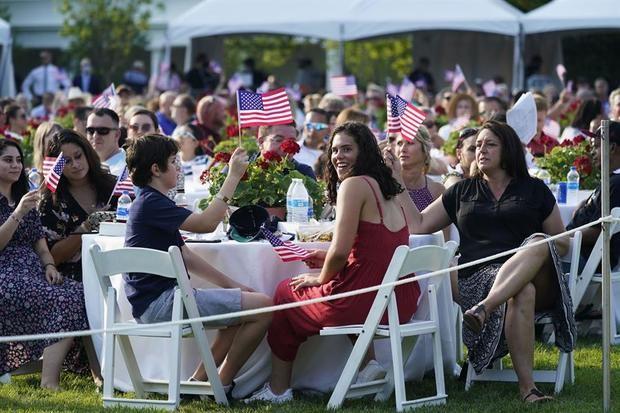 Invitados a la celebración del Día de la Independencia de Estados Unidos fueron registrados este sábado en los jardines de la Casa Blanca en Washington DC (EE.UU.)