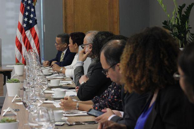 Reunión entre los miembros del Comité Ejecutivo de AMCHAMDR con líderes de los Medios de Comunicación.