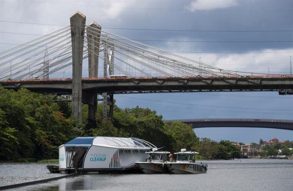 Fotografía de la embarcación Interceptor 004 al inicio de sus operaciones de limpieza en el río Ozama hoy, en Santo Domingo (República Dominicana).