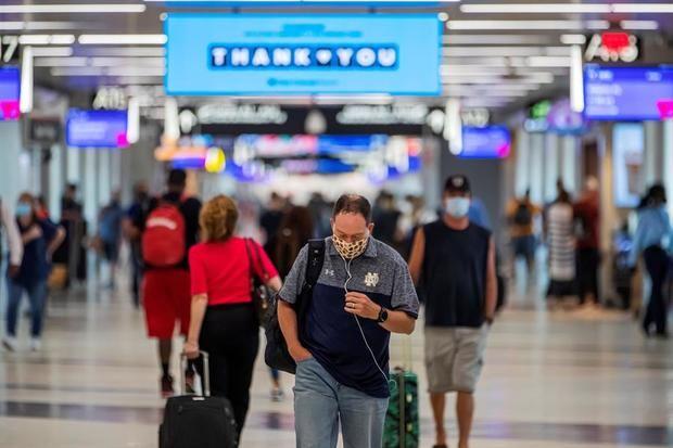 Pasajeros con mascarilla caminan en el Aeropuerto Internacional Hartsfield-Jackson en Atlanta, Georgia, EE.UU.