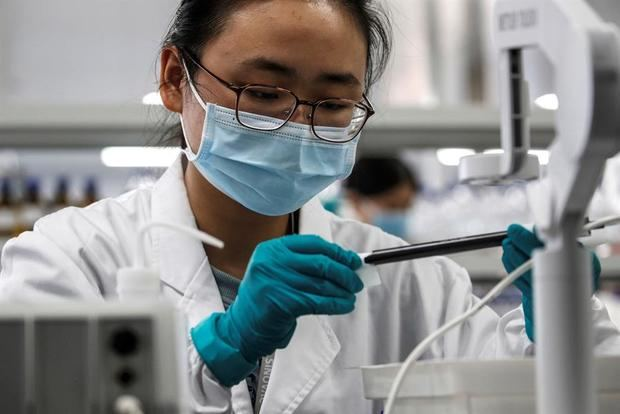 Una persona trabaja en el laboratorio de Sinovac Biotech en Pekín, China.