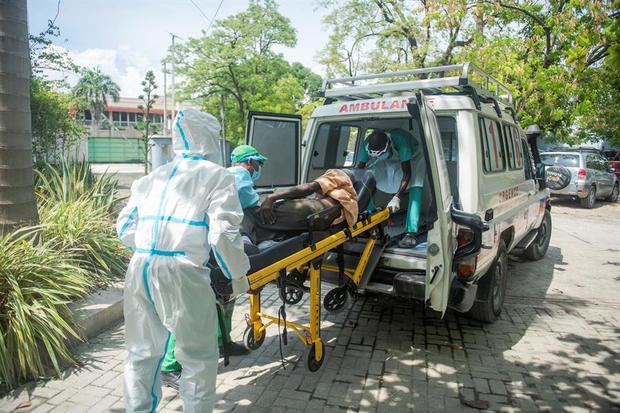 Un paciente con coronavirus llega en camilla al centro médico GHESKIO en Puerto Príncipe, Haití.