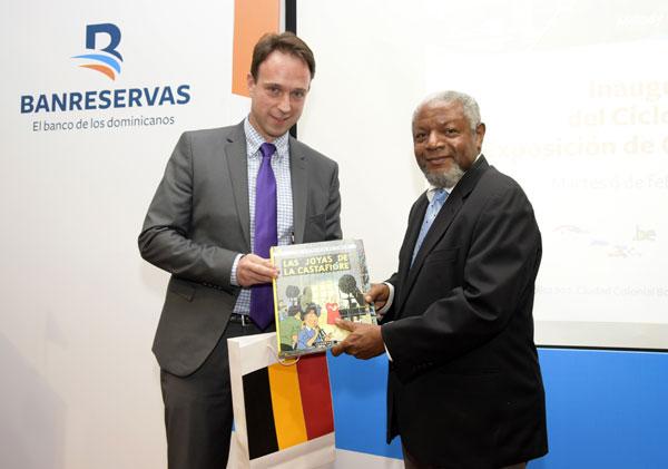 Patrick Van Gheel, embajador de Bélgica en República Dominicana, y Juan Freddy Armando, director del Centro Cultural Banreservas,