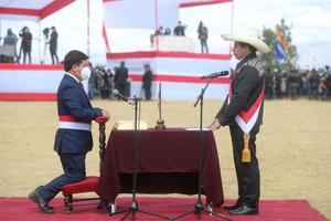 Fotografía cedida por la Agencia Andino que muestra al recién investido presidente peruano Pedro Castillo (d) mientras celebra con Guido Bellido luego de elegirlo como primer ministro de su Gobierno, durante una ceremonia simbólica de juramentación, hoy, en la Pampa de la Quinua, en Ayacucho, Perú.