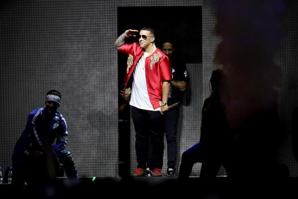 """Daddy Yankee celebra el premio de la plataforma iHeartRadio por su tema """"Con Calma"""""""