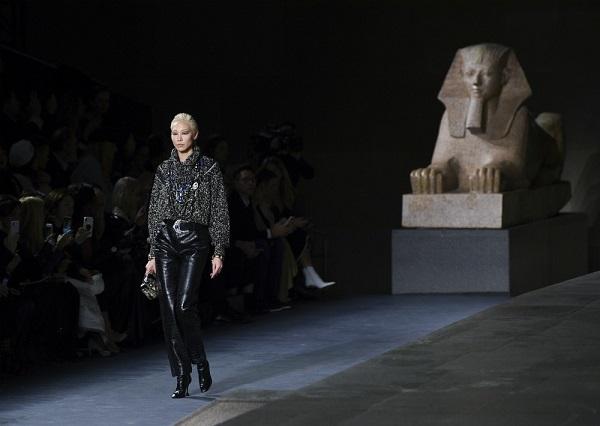 Chanel presenta en el Met neoyorquino una colección dorada de estilo egipcio