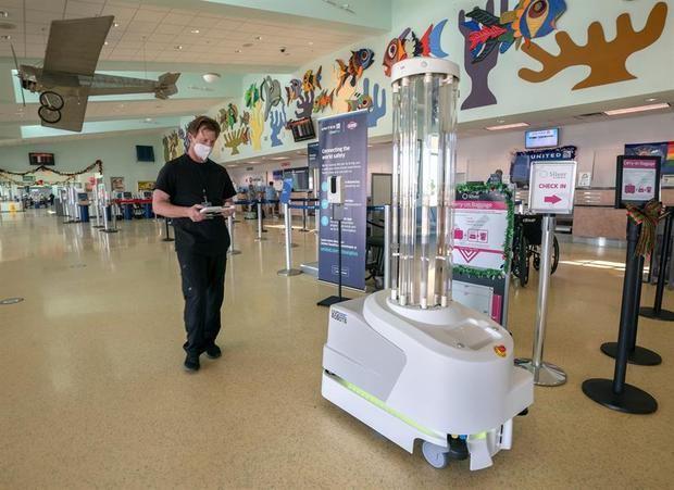 Un aeropuerto en EE.UU. estrena robot de desinfección contra la Covid-19