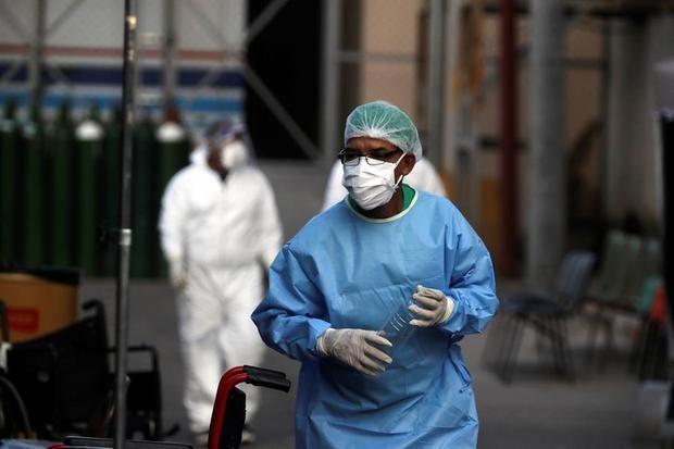 Un médico trabaja en el centro de triaje del Hospital Escuela Universitario donde atienden pacientes con coronavirus en Tegucigalpa (Honduras).
