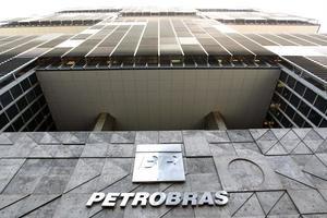 En el segundo trimestre, Petrobras registró pérdidas por 2.713 millones de reales (unos 531 millones de dólares), revirtiendo el beneficio neto de 18.866 millones de reales (unos 3.699 millones de dólares al cambio actual) en el mismo período en 2019.