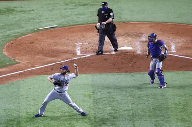 El jugador de los Dodgers Los Ángeles Clayton Kershaw (i) lanza una bola ante los Rays de Tampa Bay, durante el quinto partido de la Serie Mundial de las Grandes de Béisbol disputado en el Globe Life Field de Arlington, Texas, EE.UU.