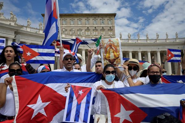 Fieles cubanos en la Plaza de San Pedro durante el rezo del Angelus del papa Francisco este domingo.