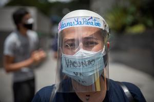 Manifestantes participan en una protesta de trabajadores de la salud para exigir vacunas contra la covid-19 en Caracas, Venezuela.