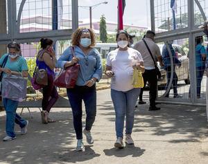 Una mujer embarazada (d) acude hoy junto a su madre al hospital Bertha Durango para ser vacunada contra la covid-19, en Managua, Nicaragua.