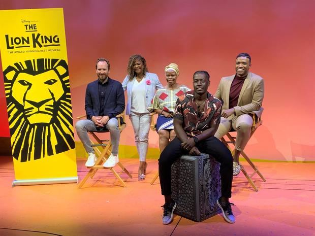 otografía de archivo tomada el pasado 13 de agosto en la que se registró a los integrantes del elenco de 'El Rey León', (atrás i-d) Stephen Carlile (Scar), Bonita Hamilton (Shenzi), Tshidi Manye (Rafiki), L. Steven Taylor (Mufasa) y (delante) Brandon McCall (Simba), al posar durante la presentación de la obra, en Nueva York, NY, EE.UU.