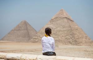 Las famosas pirámides de Guiza y varios recintos y sitios arqueológicos de Egipto, como el Museo Egipcio de El Cairo, reabrieron el miércoles sus puertas tras casi 100 días de cierre para evitar la propagación de la Covid-19 a la espera del retorno de los turistas extranjeros.