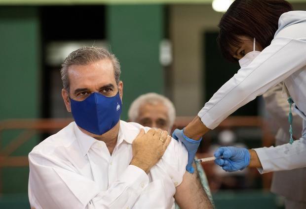 Abinader recibe la vacuna contra la covid-19