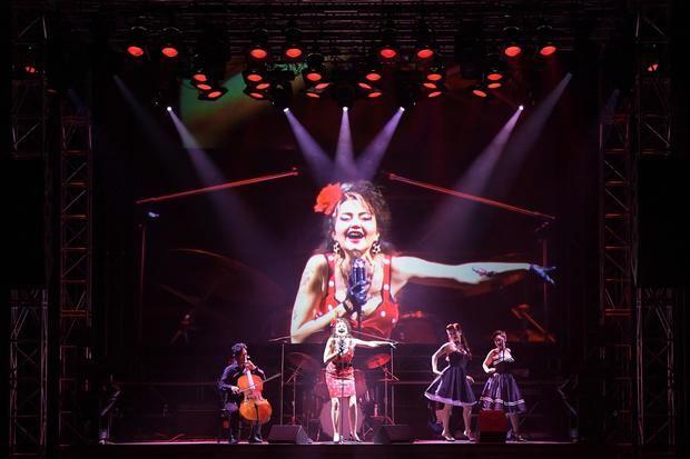 Escena de la ópera 'Carmen', producida por el catalán Àlex Ollé para el Nuevo Teatro Nacional de Tokio y que reinterpreta en clave rockera y contemporánea al personaje clásico femenino.
