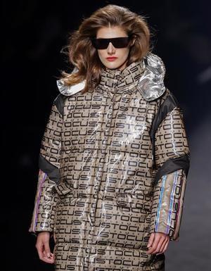Una modelo presenta una de las creaciones de la firma Custo Barcelona en la segunda jornada de desfiles de la Mercedes-Benz Fashion Week de Madrid,