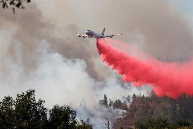 Un avión cisterna intenta apagar el incendio bautizado como Glass, a las afueras de la ciudad de Deer Park en el condado de Napa, California, EE.UU.