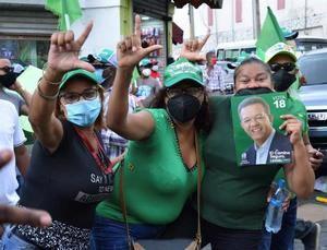 Seguidores del tres veces presidente de la República Dominicana Leonel Fernández, y actual candidato presidencial del partido opositor La Fuerza del Pueblo (FP), participan en una caravana este jueves por las calles de Santo Domingo (República Dominicana).