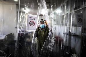Personal médico realiza su trabajo en la Unidad de Cuidados Intensivos para pacientes con covid-19 hoy, en el Hospital Naval de Buenos Aires, Argentina.