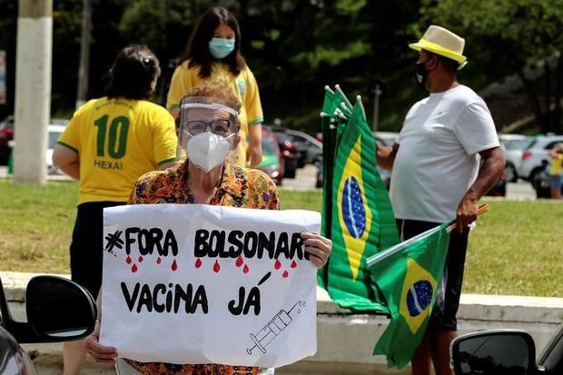 Integrantes del Movimiento Brasil Libre participan en una caravana en apoyo a la petición de realizar un juicio político al presidente de Brasil, Jair Bolsonaro, por su cuestionada gestión frente a la pandemia del coronavirus hoy, en Sao Paulo, Brasil.