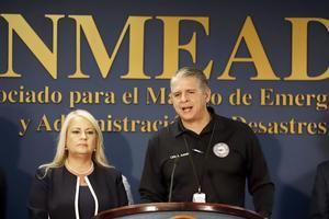 En la imagen, el saliente comisionado del Negociado de Manejo de Emergencias y Administración de Desastres (NMEAD) puertorriqueño, Carlos Acevedo (d), junto a la gobernadora de la isla, Wanda Vázquez.