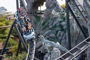 Fotografía sin fecha cedida por NBC Universal donde se muestra a unas personas montadas en el VelociCoaster, la montaña rusa más 'intensa, rápida y alta' de Florida inspirada en la película Jurassic World.
