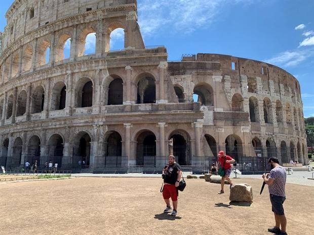 Vista de los escasos turistas en las inmediaciones del Coliseo en Roma este martes. Las imágenes inéditas que dejó la pandemia de coronavirus en Roma, con una Piazza Navona o una Fontana de Trevi desiertas.